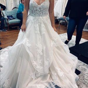 BRAND NEW!!!! Gorgeous Horsehair wedding dress!